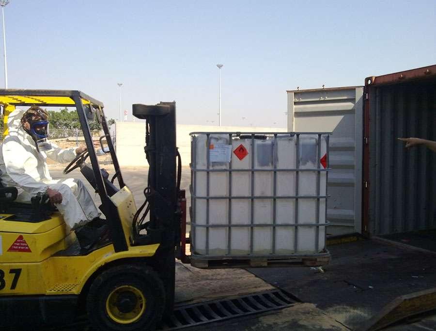 הוצאת מיכלים מהמכולה הדולפת בנמל אשדוד
